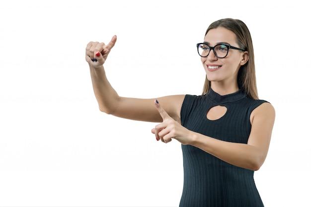 Empresária adulta com óculos usa uma tela virtual