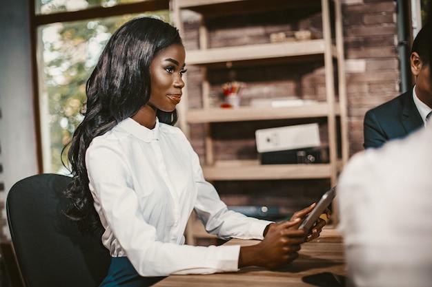 Empresária africana using tablet at meeting