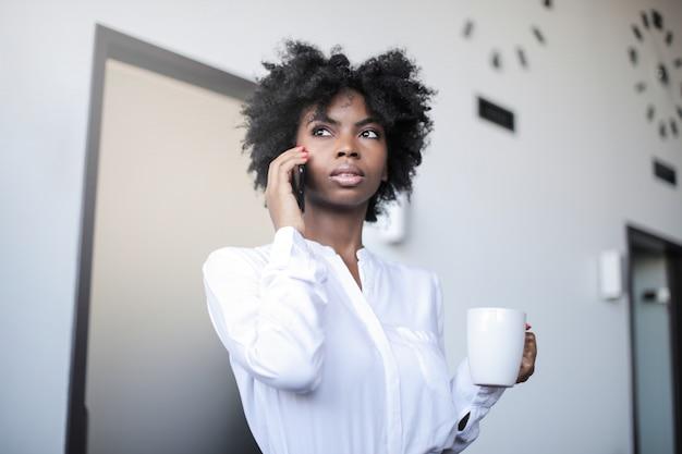 Empresária afro bonita no escritório