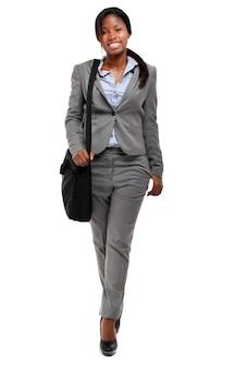 Empresária afro de comprimento total com uma maleta