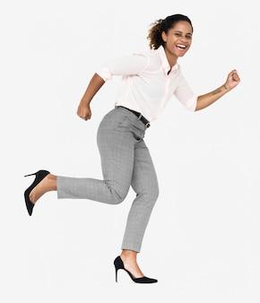 Empresária alegre correndo em direção ao sucesso