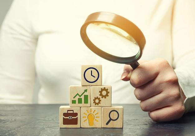 Empresária analisa a estratégia de negócios.