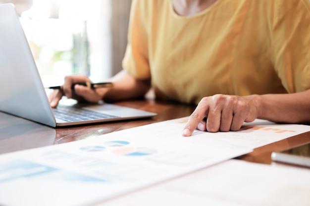 Empresária analisar dados de marketing.