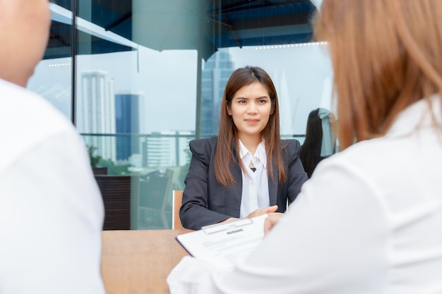 Empresária animada ou candidato sendo entrevistado por gerentes