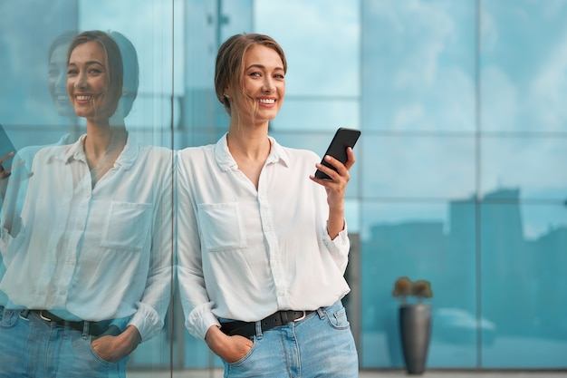 Empresária ao ar livre com smartphone