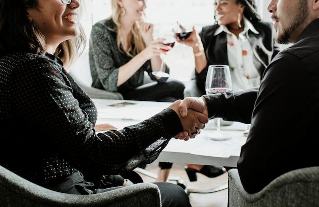 Empresária apertando a mão de um parceiro