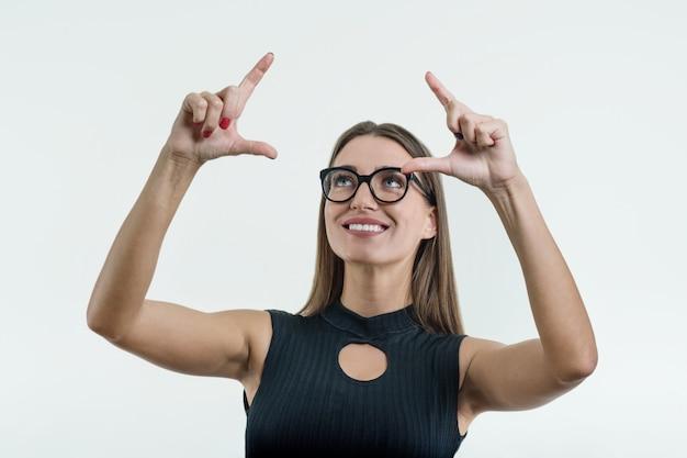 Empresária, apontando o dedo