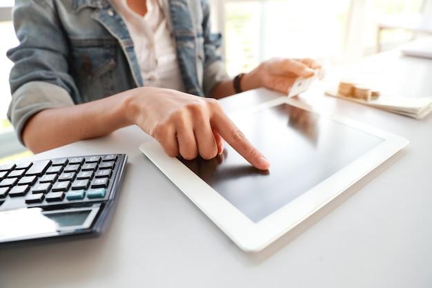 Empresária apontando para tablet de tela preta