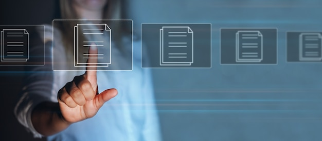 Empresária apontando para uma tela moderna virtual com regulamentação da lei e regras de conformidade