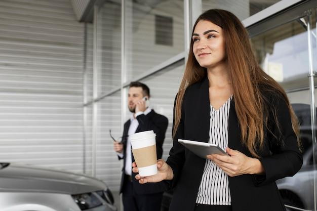 Empresária aproveitando o dia no escritório