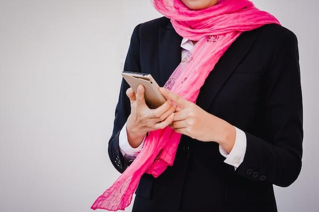 Empresária árabe de mensagens em um telefone celular