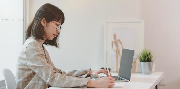 Empresária asiática motivada, planejando seu projeto