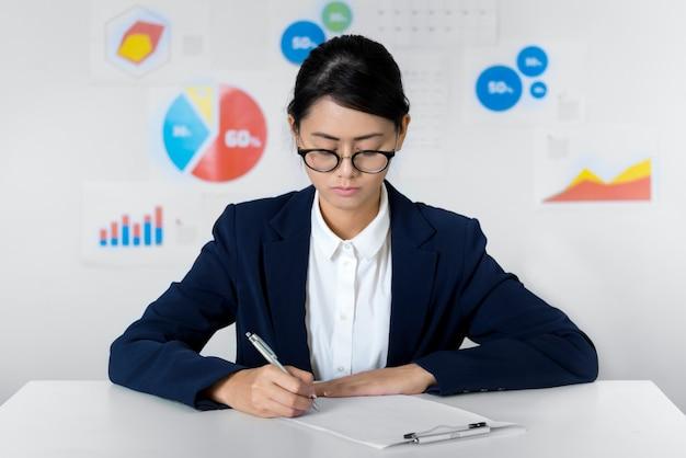 Empresária asiática prestar atenção enquanto trabalhava