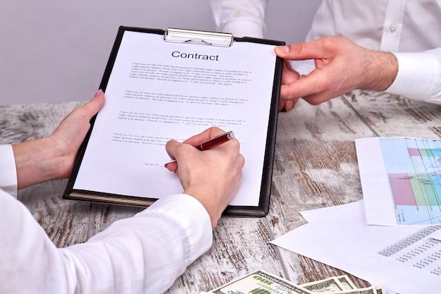 Empresária assinando contrato, grande negócio