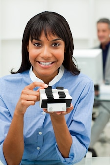 Empresária auto-assegurada que possui um titular de cartão de visita