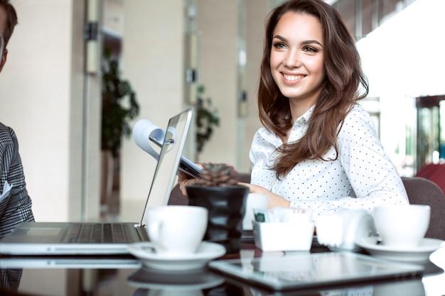 Empresária, bebendo café ou chá em uma cafeteria.