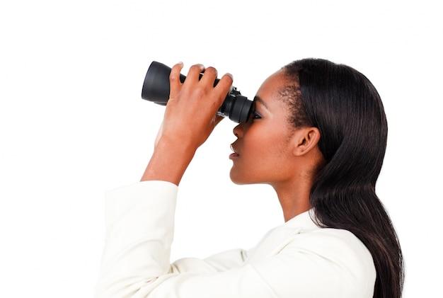 Empresária carismática olhando para o futuro através de binóculos