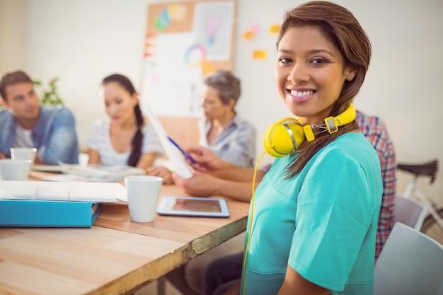 Empresária casual com fones de ouvido amarelos