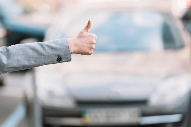 Empresária chamando táxi