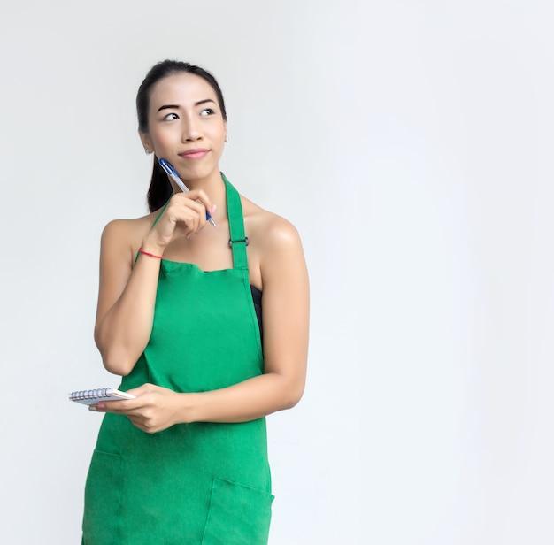 Empresária com avental verde chock para listar ordem
