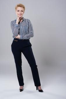 Empresária com roupas muito elegantes