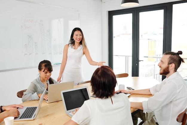 Empresária compartilhando uma nova ideia