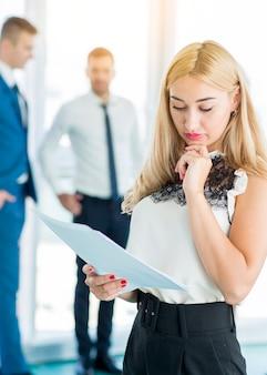 Empresária concentrada, examinando documentos