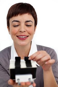 Empresária confiante consultoria um titular de cartão de visita