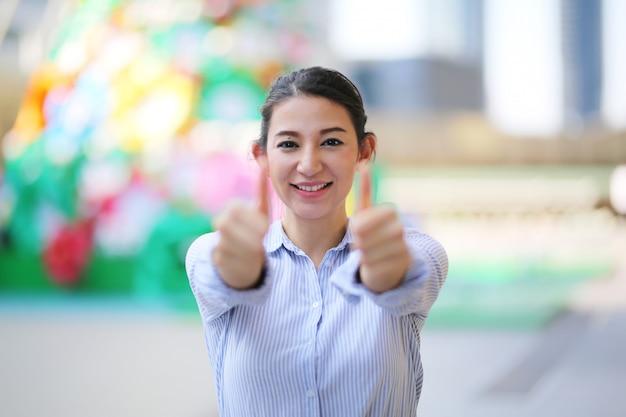 Empresária confiante, vestindo uma camisa azul