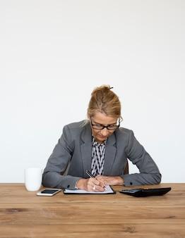 Empresária contabilidade finanças escrita trabalhando