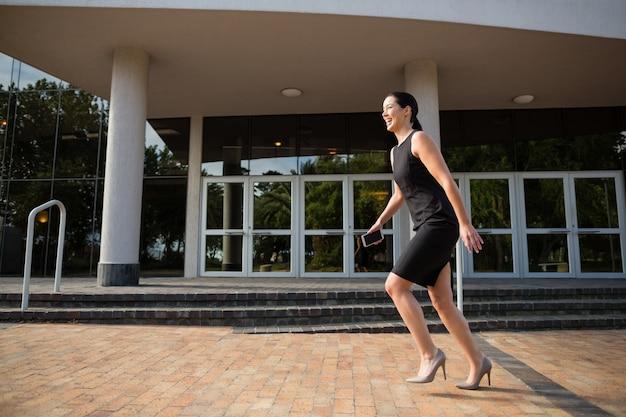 Empresária correndo fora do centro de conferências