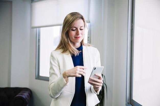 Empresária de conteúdo olhando smarphone
