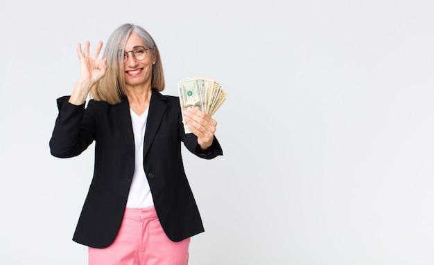 Empresária de meia idade com notas de dólar