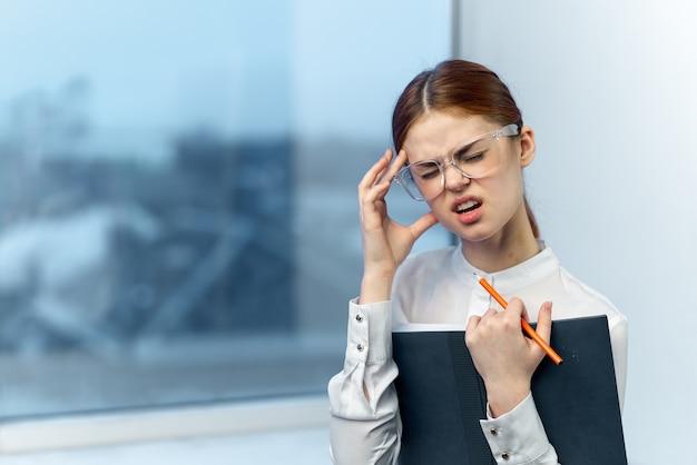 Empresária de óculos com dor de cabeça