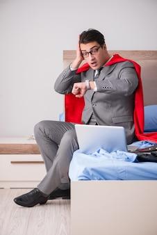 Empresária de super herói trabalhando na cama