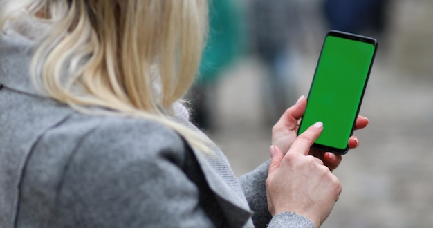 Empresária digitando a mensagem de texto em seu celular