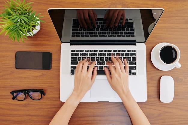 Empresária digitando no laptop