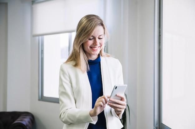 Empresária digitando no smartphone