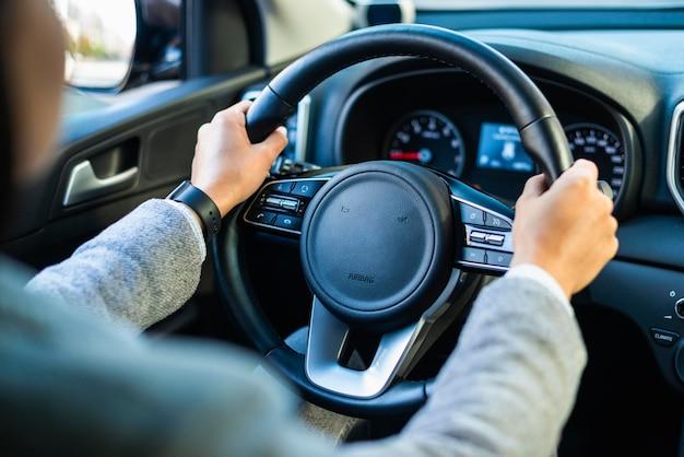 Empresária dirigindo o carro dela