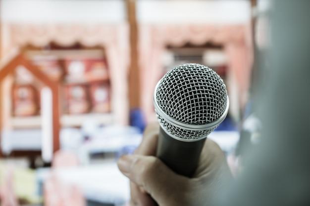 Empresária discurso ou falando com microfone no seminário hall
