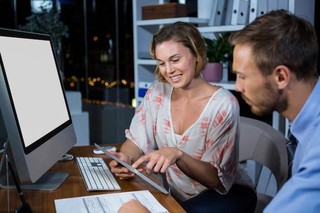 Empresária, discutindo com o colega sobre tablet digital