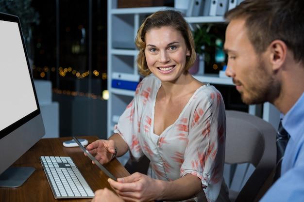 Empresária, discutindo com o colega usando tablet digital