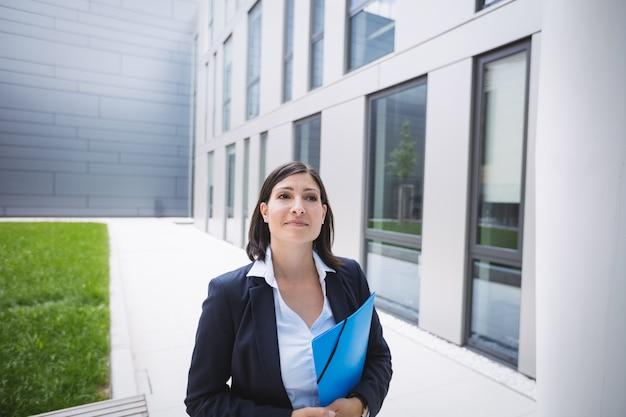 Empresária do lado de fora do prédio de escritórios