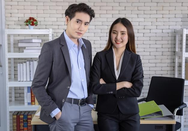 Empresária e empresários sócios no escritório