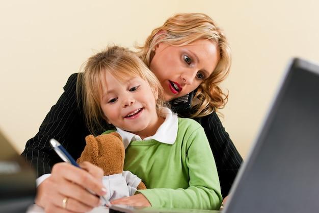 Empresária e mãe está trabalhando em casa