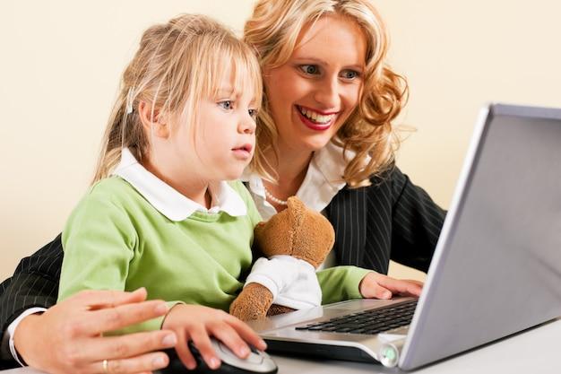 Empresária e mãe mostrando garoto a internet