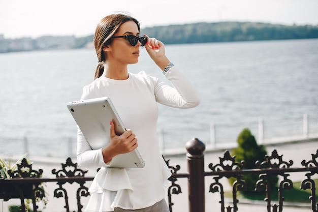 Empresária elegante em uma cidade de verão