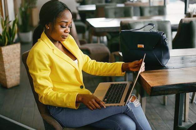 Empresária elegante, trabalhando em um escritório
