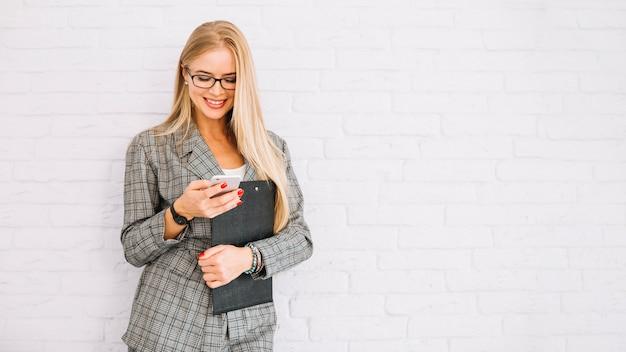 Empresária elegante usando smartphone