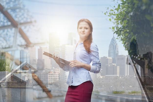 Empresária em ambiente urbano